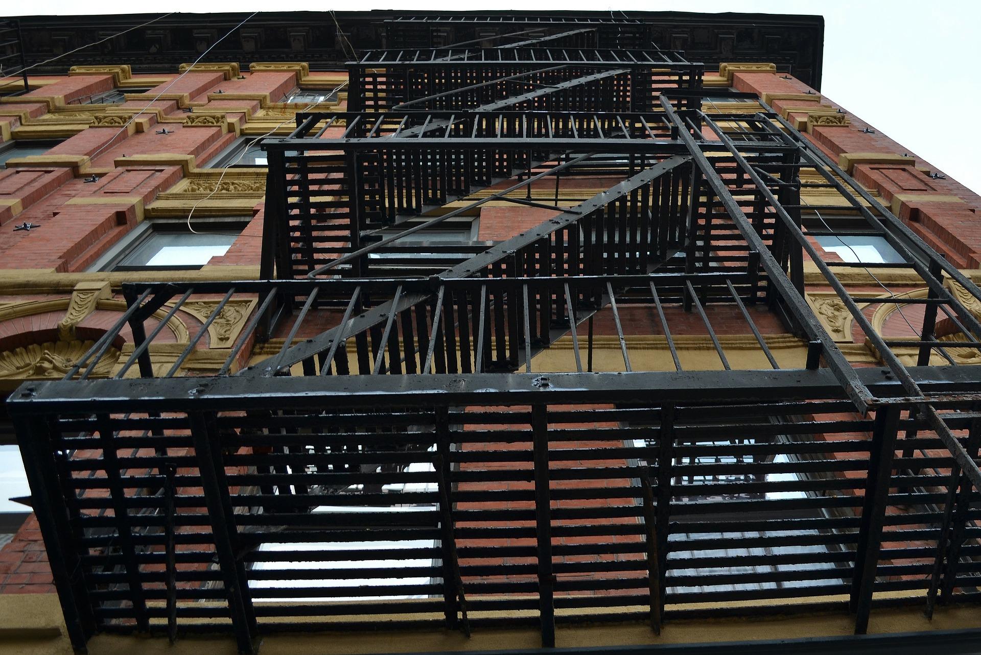 Испытание наружных пожарных лестниц и ограждений кровли зданий